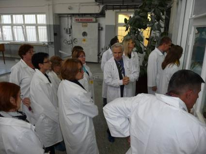 Prof. Dobrzyński z nauczycielami przed sterownią reaktora Maria